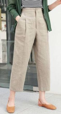 20 Summer Casual Pants For Women Summer is a great time to go off shopping and the most popular things that most girls do is go shopping for dresses and other clothes. Casual Work Outfits, Work Casual, Trendy Outfits, Casual Pants, Summer Outfits, Khaki Pants Outfit, Fashion Pants, Fashion Outfits, Womens Fashion
