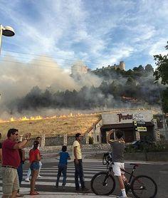 Un incendio cuyo origen se desconoce ha quemado una ladera de rastrojos junto a la Bodega Protos en la localidad vallisoletana de Peñafiel. En estos momentos los Bomberos intentan apagar el fuego, que no ha afectado a las instalaciones de la bodega.