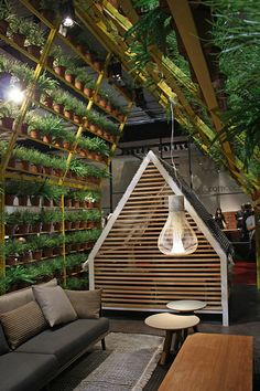 Viel Grün auf dem Salone del Mobile: Pflanzen schmücken Innenräume, Polstermöbel werden wetterfest und wandern auf die Terrasse und in den Garten.