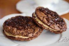 Er du lei av tørre kjeks og småkaker? Da er dette oppskriften for deg! Disse amerikanske sjokoladekjeksene, eller cookiesene, inneholder lite hvetemel og nesten uforskammet mye mørk sjokolade – det gjør dem usedvanlig myke i konsistensen og gir dem en deilig, intens sjokoladesmak. Sjokoladecookiesene er nydelige som de er, men legger du dem sammen to og to med et kremet peanøttfyll i mellom.. Ja, da blir de aldeles fantastiske! Foto og oppskrift: Kristine Ilstad/Det søte liv.