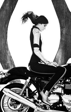 Triumph Thruxton // Café Girl in Alpinestars