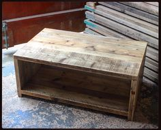 Cette pièce sera fait à la main sur commande et peut être construite à vos spécifications exactes. Cet article peut être expédié avec ou sans le plateau du milieu et avec une des deux options de base. Cette magnifiquement simple table basse en bois Récupérée est fabriquée avec bois