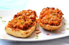 BBQ csirkés melegszendvics recept: Fél óra alatt elkészíthető, akár vendégvárónak is tökéletes, illetve gyors vacsorának, ami mégsem egy klasszikus melegszendvics. Eat Pray Love, Ciabatta, Creative Food, Bruschetta, Baguette, Salmon Burgers, Street Food, Cheddar, Baked Potato