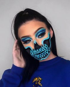 Are you looking for inspiration for your Halloween make-up? Check out the post right here for cute Halloween makeup looks. Halloween Makeup Clown, Amazing Halloween Makeup, Clown Makeup, Diy Makeup, Makeup Art, Makeup Ideas, Halloween Ideas, Halloween Activities, Halloween Costumes
