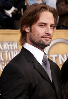 Josh Holloway Photos Photos - Actor Josh Holloway arrives at the 12th Annual Screen Actors Guild Awards held at the Shrine Auditorium on January 29, 2006 in Los Angeles, California. - 12th Annual Screen Actors Guild Awards - Arrivals