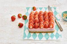 Aardbeienkwarktaart met notenbodem - Recept - Allerhande