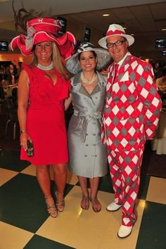 54 Photos Of Badly Dressed Celebrities, Large Hats, And Drunk People At The Kentucky Derby Kentucky Derby Fashion, Kentucky Derby Hats, Funny Fashion, Weird Fashion, Gothic Fashion, Fashion Fashion, Crazy Outfits, Funny Outfits, Horse Race Hats