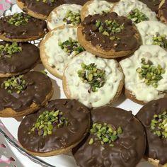 Hayırlı akşamlar 😍 İddia ediyorum bu kurabiye favoriniz olacak 👍🏻😎😎 Benim öyle çok kurabiye ile aram olmasa da bu kurabiye favorim 👍🏻😋😋… Sweet Cookies, Food Words, Tart, Muffin, Food And Drink, Pudding, Bread, Homemade, Breakfast