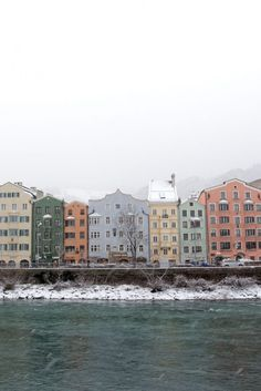 Tirol. Endlich schneit es in Innsbruck! Die Berge verschwinden in dicken Schneewolken und die Stadt strahlt in ihrem weißen Kleid. Eine Fotostrecke.