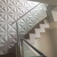 Stainless steel handrail: see tips and 60 models with photos Textured Walls, Ceiling Design Bedroom, Stair Walls, Wall Unit Designs, Wall Tiles Design, Wall Texture Design, Stairway Walls, Wall Paneling, Stairs Design