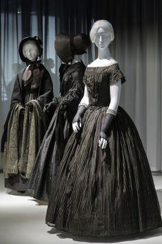 Da die Lebenserwartung im 19. Jahrhundert unter 50 Jahren lag, war Trauerkleidung ein fester Bestandteil der Garderobe von Ehefrauen, Müttern und Töchtern. Mit der steigenden Verbreitung von Modezeitschriften und dem technologischen Fortschritt der Textilproduktion war es bald auch Frauen der Mittelschicht möglich, sich während der zweijährigen Trauerphase modisch zu kleiden.