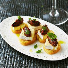 Crostini med brie och tomatpesto | Recept ICA.se