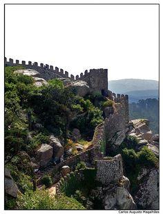 Castelo dos Mouros, Sintra. Os primeiros docs e vestígios arqueológicos  datam o castelo e povoado da época muçulmana (VIII-IX). Em 1093, D. Afonso VI, rei de Leão, conquista Sintra aos árabes. Mas a sua posse vai alternar entre  mouros e cristãos até à conquista de Lisboa em 1147, altura em que se  entregará voluntária e definitivamente aos portugueses. Mais do que 1 carácter defensivo, a fortificação tinha uma função sobretudo de vigilância e alerta em caso da aproximação do inimigo.