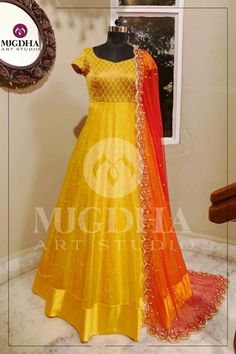 Get along an occasion look utilizing a lovely shrug and get a glamorous gown. Shrug For Dresses, Indian Gowns Dresses, Kurti Designs Party Wear, Lehenga Designs, Long Gown Dress, Lace Dress, Long Gowns, Mode Bollywood, Kalamkari Dresses