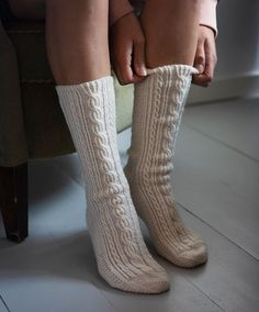 Palmikkosukat paksuilla ja ohuilla palmikoilla –katso ohje! - Kotiliesi.fi High Socks, Villa, Fashion, Moda, Thigh High Socks, Fashion Styles, Stockings, Fashion Illustrations, Fork