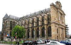 Siège d'un des plus anciens évêchés de France, Châlons-en-Champagne posséde une cathédrale singulière. Dédiée à st Etienne,elle est reconstruite en style gothique à partir du 13°s. Il subsiste toutefois des vestiges romans dans les parties inférieures  des clochers et du chevet .
