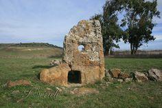 https://flic.kr/p/e1Vnod | Su Cuaddu 'e Nixias - Lunamatrona | Vista frontale, col portello d'ingresso e, sulla destra, la parte residua della cornice laterale.