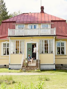 Yellow house, photo by Krista Keltanen