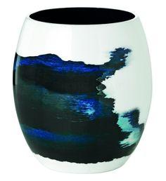 Den nye Stockholm er en kolletion fra Stelton, der er designet af den svenske design duo Bernadotte & Kylberg. Stockholm kollektion er inspireret af Østersøen og Stockholms smukke skærgaard. Det evigt skiftende sceneri af havet er en uendelig kilde til inspiration for kollektionens kunstneriske udtryk og dets akvatiske blå farve. Stockholm Aquatic Vase - Lille #inspirationdk #nyhed