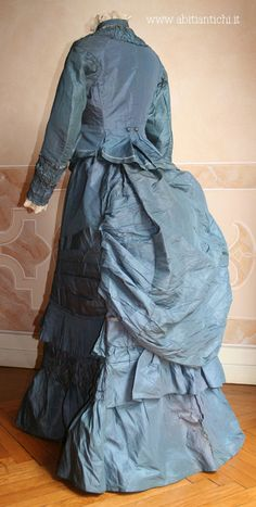 1874 day dress in two pieces (bodice and skirt) in blue faille. The bodice is closed at the front by buttons