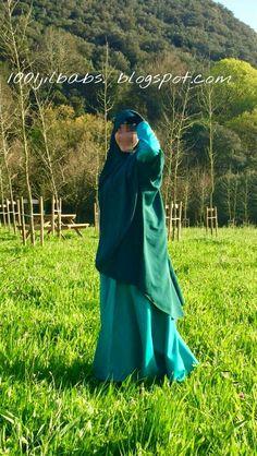Abaya Aya en color verde agua y khimar-chaleco Chahinaz en verde botella. Ambas prendas de la marca española Ropa Islámica.
