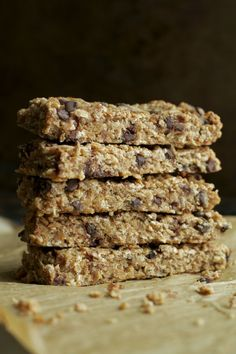 So much better than store-bought! These Soft and Chewy Banana Bread Granola Bars are made without any refined sugars or oils, and LOADED with chocolate and banana flavour! Healthy Banana Recipes, Healthy Snacks, Banana Granola, Healthy Granola Bars, Chocolate Chip Banana Bread, Sweet Treats, Yummy Food, Spoons, Chocolate Party