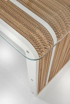 Elegante evoluzione della scrivania in cartone More Desk, More Plus Desk ne mantiene la forma minimale per offrire un'esclusiva gamma di finiture che lo rendono particolarmente ricercato.