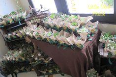Lembrancinhas para os adultos da festa: Vasinhos com suculentas embalados com juta, laço e uma linda tag personalizada com os bichinhos da festa e do aniversariante! http://littlebirdatelie.blogspot.com.br