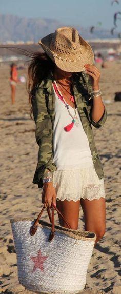 Ibiza style. Este look esta compuesto por una tela blanca y fina llamada seda, y con una chamarra fina de camuflaje.  Acompañado por un sombrero de playa marrón, un colgante con plumas rosas y un capazo blanco con una estrella rosa. Look verano ! Que lo podáis disfrutar !