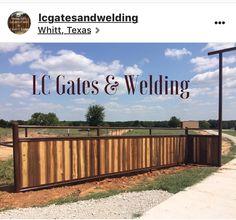 Farm Entrance, Driveway Entrance, Entrance Ideas, Diy Backyard Fence, Driveway Landscaping, Farm Gate, Fence Gate, Fencing, Pipe Fence