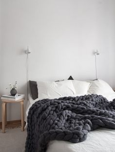 cozy-scandinavian-style-bedroom-with-super-chunky-dark-grey-banket-from-ohhio