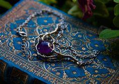 Voici un superbe collier que j'ai fait avec une très jolie pierre d'améthyste ronde (10mm de diamètre). Une paire de griffe en métal style antique l'enserre. Le collier est simple et discret.