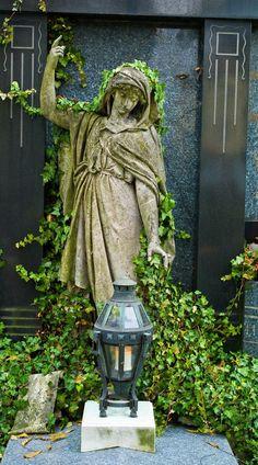 Zehn Symbolpflanzen auf den Gräbern Sinnbilder für Frieden, Liebe und Glück - Zu Allerheiligen sind die Gräber zu Ehren der Verstorbenen liebevoll geschmückt. Viele Pflanzen sind nicht nur schön anzuschauen, sie haben auch eine Bedeutung. Mehr dazu hier: http://www.nachrichten.at/freizeit/haus_garten/Zehn-Symbolpflanzen-auf-den-Graebern-Sinnbilder-fuer-Frieden-Liebe-und-Glueck;art123,1530602 (Bild: Wodicka)