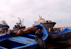 https://flic.kr/p/E6U4pg   Essaouira - Marokko   die weiß/ blaue Stadt..  Einen Besuch der ehemals portugiesischen Stadt Essaouira in ca. 250 Kilometer Entfernung von Agadir bietet sich hier an. Schon alleine die Fahrtstrecke mit wild schäumenden Meeresabschnitten an der Atlantikküste ist ein Erlebnis!  Und in den Bäumen klettern die Ziegen, die die Blätter und die nussartigen Früchte der Arganien knabbern - sie sind die Grundnahrung der Tiere in dieser trockenen Gegend.  Sehr interessant…