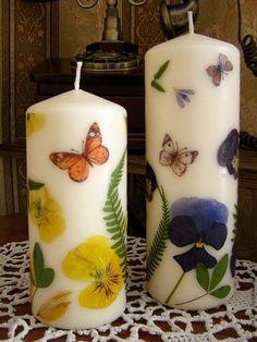 Step-by-step Tutorial - How to add dried flowers to store-bought or homemade candles. Fancy Candles, Diy Candles, Henna Candles, Beeswax Candles, Candle Art, Candle Lanterns, Diy Candle Projects, Decoupage, Wie Macht Man