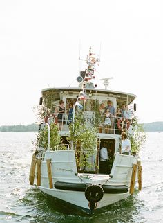 possibilidade: parte da frente do barco com folhagens altas e sem flores (ou até mesmo o local específico da cerimônia)