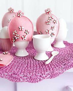 Osterdeko in Rosa und Lila basteln eierhalter keramisch