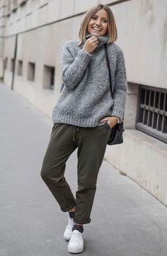 Aposte na calça jogger com maxi tricot e tennis para um look confy.