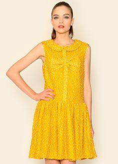 Vestido amarillo con detalle de lazo