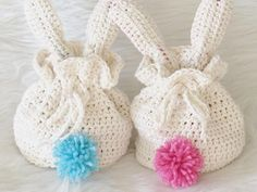 This crochet bunny treat bag can be made with just one skein of Lily Sugar 'n Cream cotton yarn. It looks cute from the front as well as the back. All Free Crochet, Crochet Bunny, Crochet For Kids, Crochet Bags, Crocheted Toys, Crochet Animals, Clover Pom Pom Maker, Beginning Crochet, Holiday Crochet Patterns