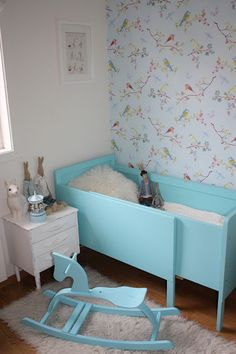 love the vintage feel of the bird wallpaper. I may need to find this and put it somewhere in my home!