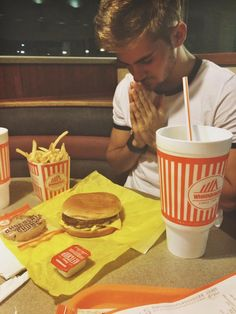 looks delicious.oh also the hamburger looks delicious Im5 Cole, Cole Pendery, Midnight Cravings, American Fast Food, Realistic Cakes, Insta Photo Ideas, Home Food, Mcdonalds, Hamburger