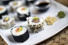 Zelfgemaakte sushi, is helemaal niet zo moeilijk. Klik op de foto en bekijk de uitleg op Brenda Kookt