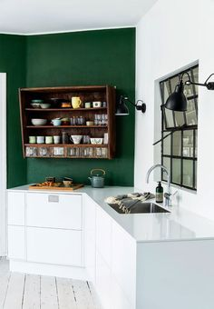 23 Green Kitchen Cabinets Ideas For Your Kitchen Interior New Kitchen, Vintage Kitchen, Kitchen Dining, Kitchen Decor, Kitchen Cabinets, Green Kitchen Walls, Country Kitchen, Kitchen Ideas, Kitchen Lamps