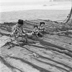 Restauro de redes de pesca, Nazaré, Portugal  Fotógrafo: Estúdio Horácio Novais.  Fotografia sem data. Produzida durante a actividade do Estúdio Horácio Novais, 1930-1980.