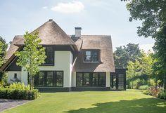 moderne tuin met veel groen en zwembad www.buytengewoon.nl