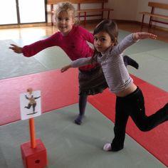Reproduire les positions des nanas Movement Activities, Gross Motor Activities, Gross Motor Skills, Physical Activities, Preschool Activities, Kids Gym, Yoga For Kids, Exercise For Kids, Chico Yoga