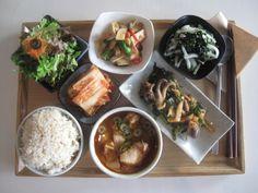 2014년 3월 1일 토요일의 그때그때 밥상입니다. 속 풀리는 얼큰 감자 돼지고기 고추장 찌개, 쫄깃한 쭈꾸미 미나리 냉채, 삼삼한 무파래 무침, 일등반찬 새송이 꽈리고추 볶음에 잘 익은 김장김치와 상큼한 양파드레싱 샐러드, 씹을수록 고소한 현미밥까지 집밥같은 푸근한 오늘의 밥상 만나러 오세요~ K Food, Aesthetic Food, Palak Paneer, Curry, Ethnic Recipes, Kalay, Curries