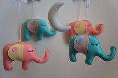 Mobile éléphant en feutrine pour bébé