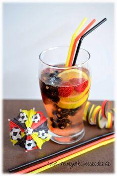 ...like a piece of New York Cheesecake...: {Fußball-Snacks Nr. 7} Weltmeister-Bierbowle mit Früchten in schwarz-rot-gold